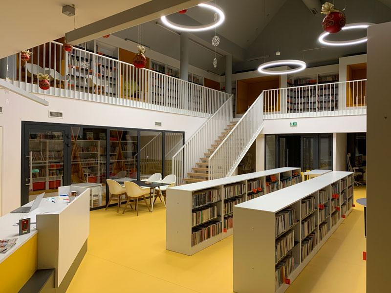 Budynek Filii w Przysietnicy - wnętrze, regały z książkami, okrągłe lampy