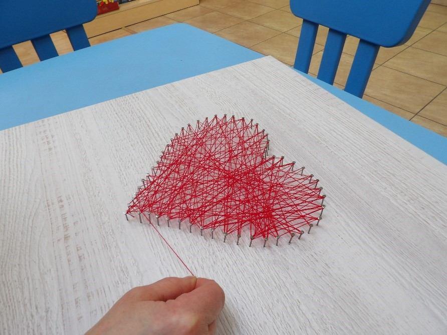 serce zrobione z czerwonej nitki