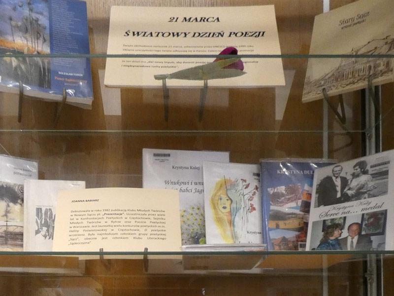 """Zdjęcie gabloty z książkami oraz napis: """"21 marca Światowy Dzień Poezji"""""""